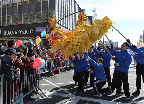 '图1~7:法轮功学员参加纽约法拉盛新年大游行,备受瞩目'