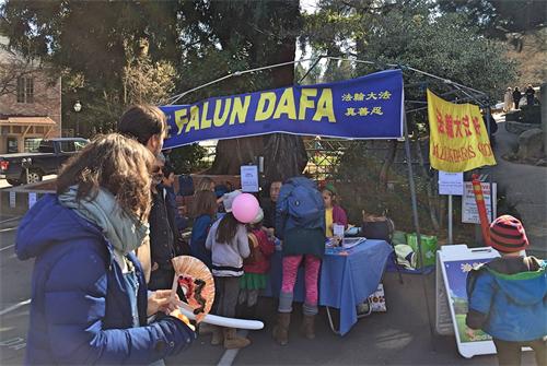 '图7:法轮功学员在内华达城庆祝中国新年活动中设立了真相展桌,许多民众前来了解真相。'
