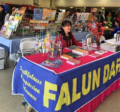 """'图9:二月十日,加州首府的法轮功学员在""""沙加缅度华人迎新春佳节""""上设立展位,向民众传播法轮功的美好。'"""