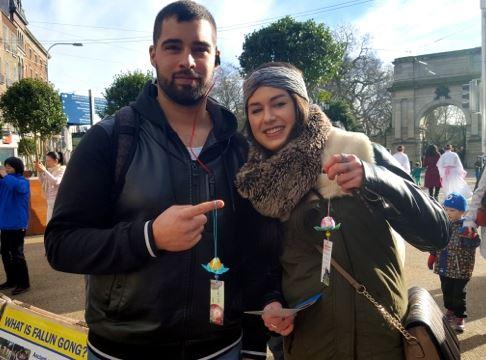 '来自剑桥的阿美雅和男友支持法轮功反迫害'