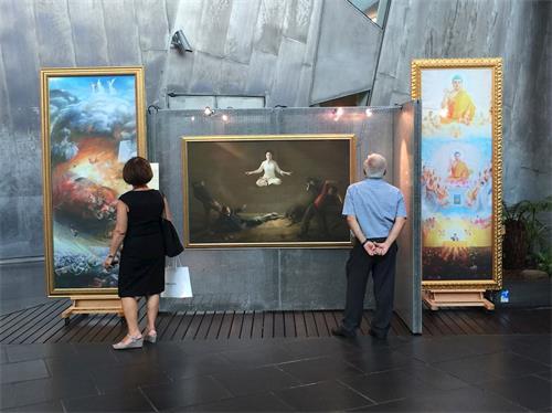 """'图1:在墨尔本联邦广场中庭举办的""""真善忍国际美展"""",观众驻足认真欣赏'"""