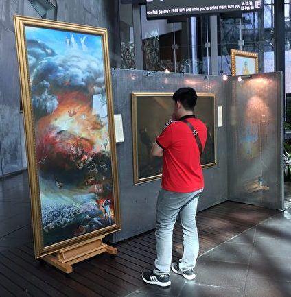 '图2:留学生布兰顿(Brandon)被画展作品感动和震撼。'