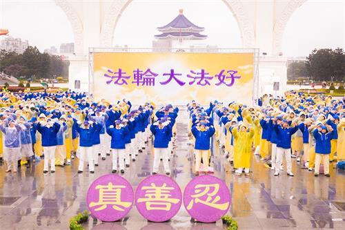 '图3~4:近千名法轮功学员向李洪志师父拜年后,展开集体大炼功,向世人展现法轮大法的美好。'