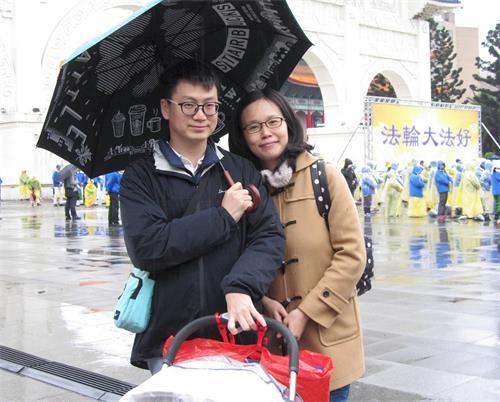 '图9:中山大学企管硕士陈均辅与太太黄琼慧<span class='voca' kid='59'>同修</span>大法,带上刚满四个月大的小宝宝来向师父拜年。'