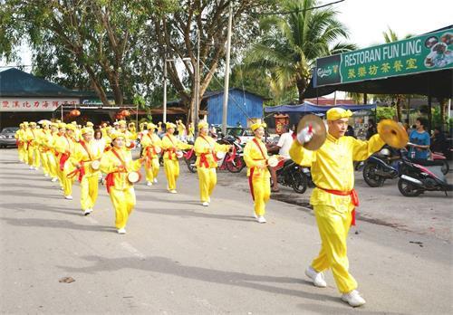 '图1~3:戊戌年大年初九(2018年2月24日),马来西亚法轮功学员来到雪兰莪州双溪比力新村(SungaiPelek)举行了第一场新年游行,向当地民众拜年、送祝福,广获各族民众的欢迎。'