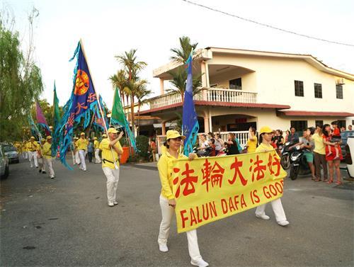 '图5~8:戊戌年大年初九(2月24日),马来西亚法轮功学员来到雪兰莪州丹绒士拔(TanjungSepat)举行了第二场新年游行,向当地民众拜年、送祝福,广获各族民众的欢迎。'