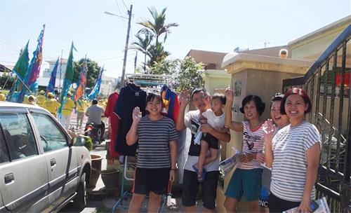 '图14:增江北区民众纷纷挥手,欢迎法轮功新年游行队伍的到来。'
