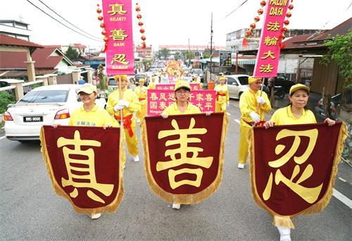 '图15~17:戊戌年大年初十(2月25日),马来西亚法轮功学员来到雪兰莪州斯里肯邦安(SeriKembangan)又称沙登新村举行了第四场新年游行,向当地民众拜年、送祝福,广获各族民众的欢迎。'