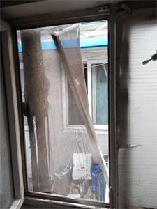 '窗子被揭破的照片'