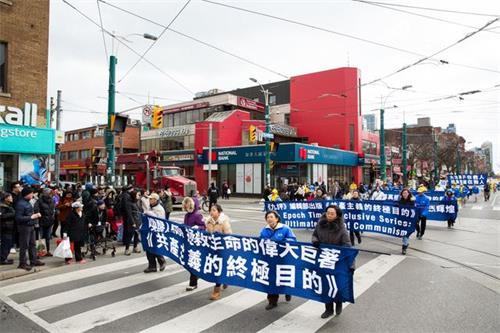 """'图1~7:部份多伦多法轮功学员和民众在市中心的克拉伦斯公园(ClarencePark)集合,举行""""声援近三亿人退出党团队""""为主题的大游行。'"""