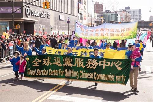 '图1:近3亿人的三退大潮,代表这场波澜壮阔的中国人摆脱共产邪灵的精神觉醒运动进入了一个新的历史里程图为2018年2月17日,纽约中国新年大游行退党中心方阵。'