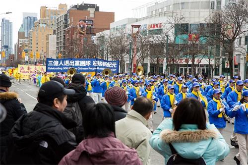 """'图3:二零一八年三月十日部份多伦多法轮功学员和民众在市中心举行""""声援近三亿人退出党团队""""为主题的大游行。'"""