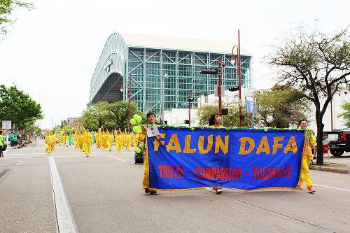 图:休士顿圣派翠克日游行, 法轮功队伍向路人演示功法