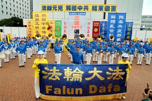 '图2:三月十八日,香港法轮功学员及一些市民在香港中环爱丁堡广场举行盛大集会,庆祝并声援近三亿人退出中共党、团、队组织。'