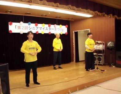"""法轮功学员在日本大阪府次木市的""""老年文化发表会""""上演示功法"""