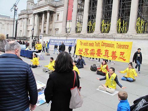 图1~3:二零一八年三月二十四日,英国法轮功学员在伦敦特拉法加广场举行庆祝三亿中国人退出中共活动,吸引广大民众驻足观看、了解真相并签名反迫害。