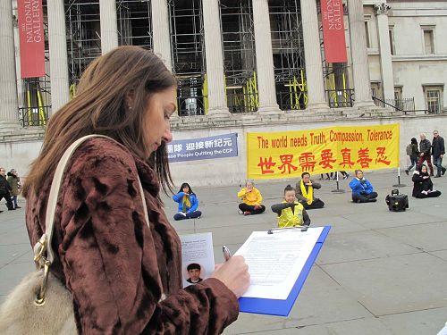 图4: 二零一八年三月二十二四日,在伦敦特拉法加广场(鸽子广场),客户服务经理吉尔•托内(Jill Thorne)女士在庆祝三亿中国人退出中共活动现场签名反迫害。