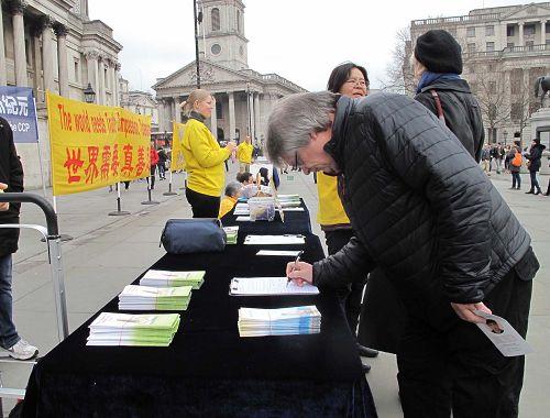 图6: 二零一八年三月二十四日,在伦敦特拉法加广场,来伦敦游玩的苏格兰教师理查德(Richard)签名反对中共迫害。