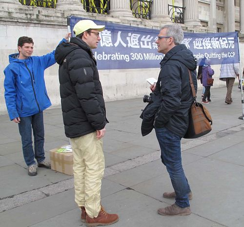 图7:一位来自法国的摄影师(右)在和西人学员交谈,了解真相。