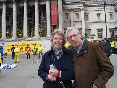 图8:一对来自英格兰南部的夫妇在法轮功学员活动现场合影留念。