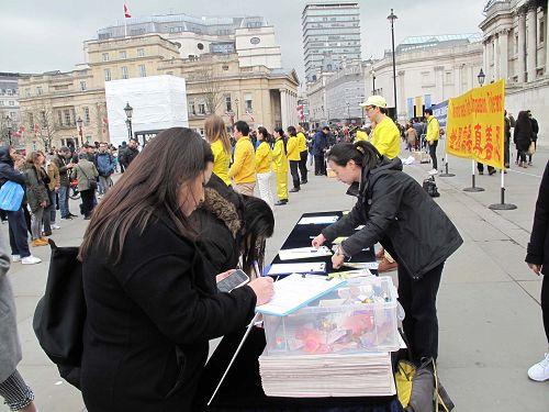图9:二零一八年三月二十四日,两个从巴西来伦敦旅游的女孩名支持法轮功反迫害。