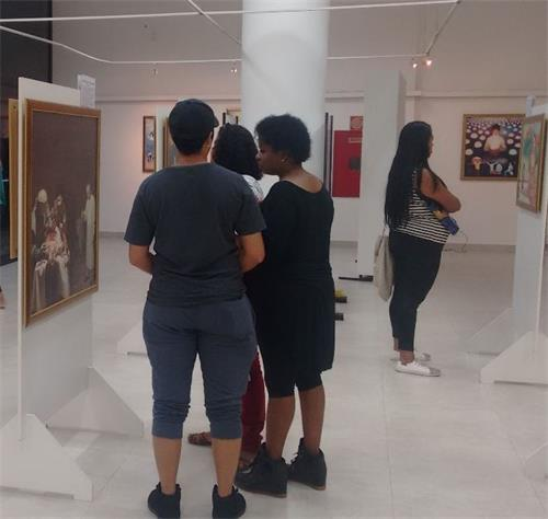 '图2:巴西利亚政府综合服务处的美展'