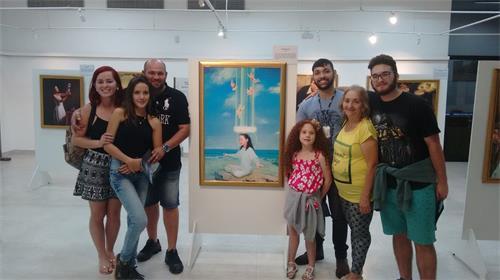 '图3:Samuel一家人在画展上合影'