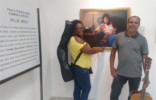 '图6:Manoel和Rosangela夫妇俩开心观看画展并留影纪念'