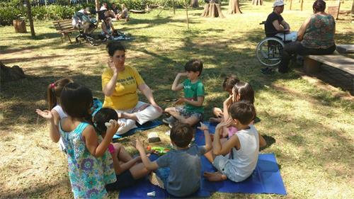 '图13:一群儿童在认真的学习打坐'