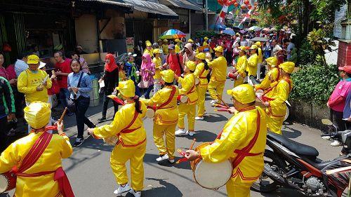 腰鼓队在华人聚集区表演