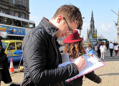 図8:スコットランドの若者マクレーン・カーターは、法輪功学習者のための臓器収穫のCCPの署名の終わりを要求しています。