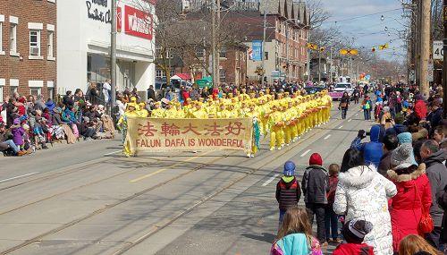 图1-6:四月一日(星期日)由法轮功学员组成的天国乐团、腰鼓队和花车参加了多伦多的盛大复活节游行。