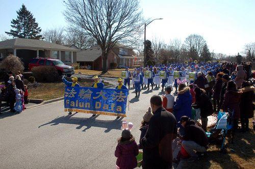 图7-8:由法轮功学员组成的多伦多天国乐团参加了三月三十一日(星期六)皮克灵市(Pickering) 复活节游行。