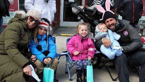 图13:居民乔丹(Jordan)和先生带着孩子一起观看游行。