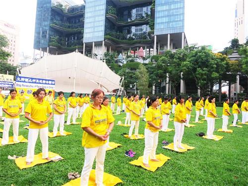 '图2~3:新加坡法轮功学员在芳邻公园集体炼功'