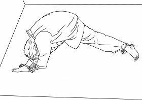'酷刑示意图:地锚。遭受地锚酷刑时,双腿之间的角度达到130度,双腿撕裂般的疼痛难忍,把两只手铐在一只脚踝下的地环上,手脚紧锁。另一只脚紧紧铐在另一个地环上。'