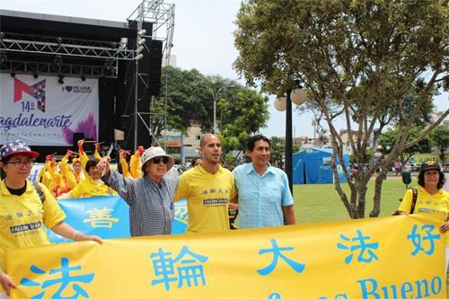 '图10:马海滨马格达莱纳区副区长哈维尔(右一)与法轮功学员合影'