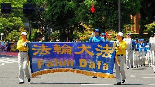 图1~2:法轮功学员在日本东京举行游行,庆祝世界法轮大法日。