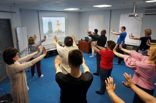 """图1~2:莫斯科""""法轮大法九天学习班""""上,新学员们学习法轮功五套功法。"""