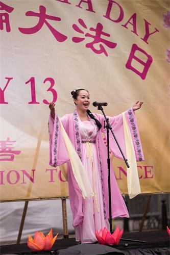 """'图14:二零一八年五月十日,法轮功学员陈瑶在庆祝""""第十九界世界法轮大法日""""上表演女声独唱。'"""