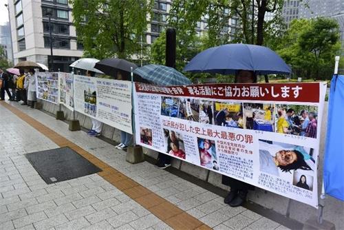 '法轮功学员在日本众议院会馆前呼吁制止中共迫害。'