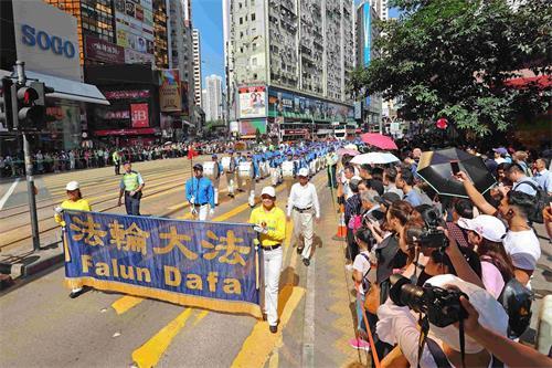 '图8:天国乐团在香港闹市行进,雄伟的奏乐声令沿路民众深受震撼。'