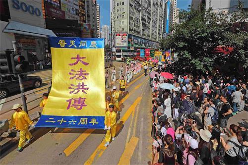 '图9:大法洪传,普天同庆。法轮功游行大受民众欢迎。'