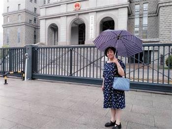 2018年5月17日,苏葳在北京第二中级法院门前'