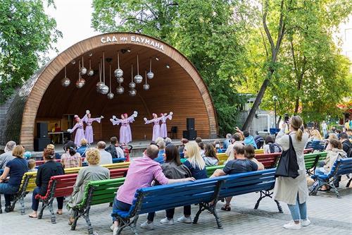 '图8:在公园的主要舞台上,法轮功学员表演舞蹈'