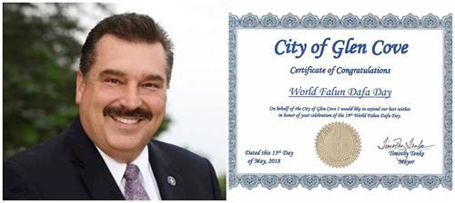 """'图11:纽约长岛格伦科夫市(MayorofGlenCove)市长蒂姆•探克(TimTenke)颁发褒奖证书,庆祝""""世界法轮大法日""""。'"""