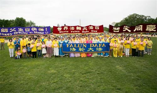 """年5月5日,美國首都華盛頓地區部份法輪功學員聚集在美國國家廣場,慶祝""""世界法輪大法日"""",恭祝師父華誕。'"""