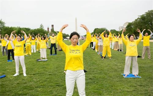 """&#039图3:二零一八年五月五日,美国首都华盛顿地区部份法轮功学员聚集在美国国家广场集体炼功,庆祝""""世界法轮大法日""""。&#039"""