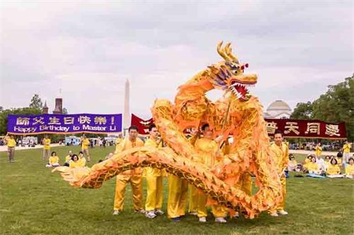 """'圖4:二零一八年五月五日,在美國首都華盛頓的""""世界法輪大法日""""慶祝活動上,法輪功學員表演舞龍。'"""