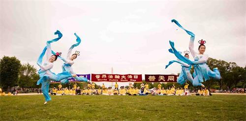 """&#039图5:二零一八年五月五日,在美国首都华盛顿的""""世界法轮大法日""""庆祝活动上,明慧学校的大法小弟子表演水袖舞。&#039"""